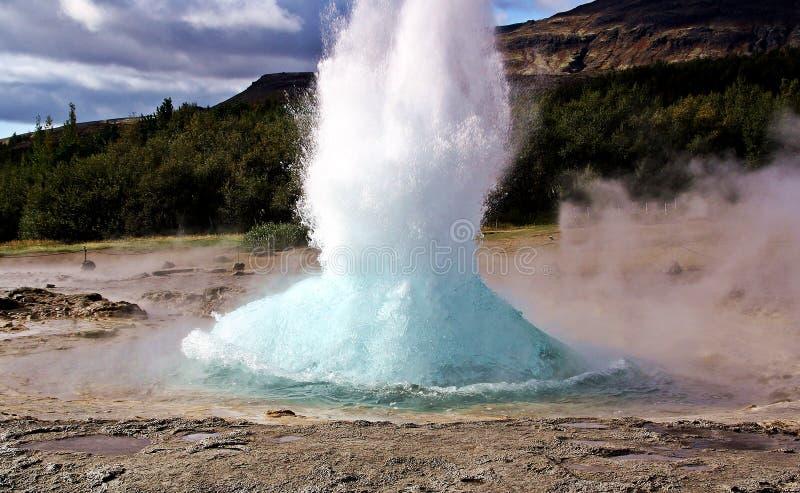 El strokkur del geysir en Islandia imagen de archivo libre de regalías