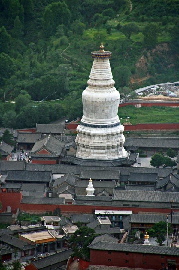 El stupa blanco gigantesco del templo de Tayuan en Wutai foto de archivo