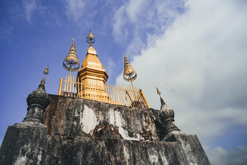El stupa de oro encima del soporte Phou Si en Luang Prabang, Laos foto de archivo