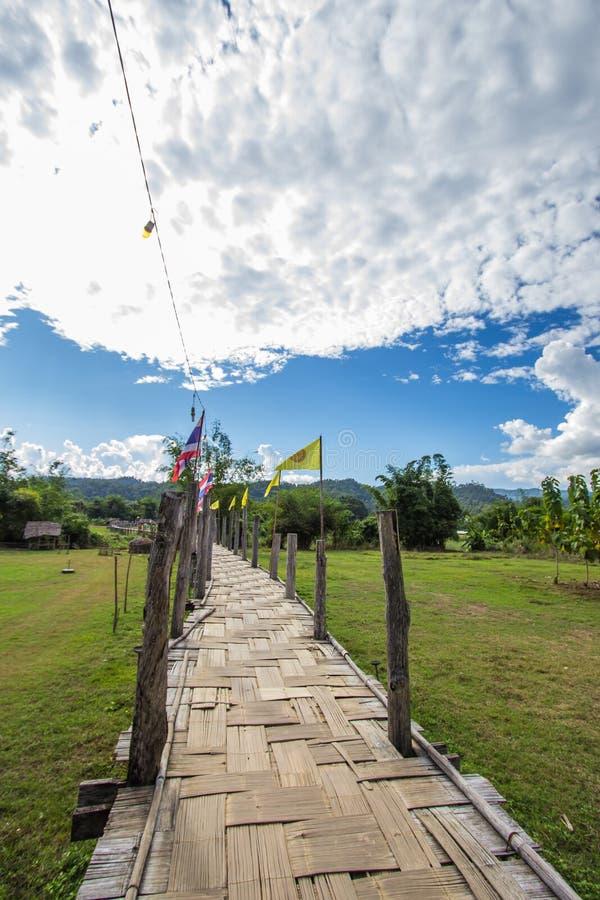 El Su Tong Pae Bridge, el puente de bambú de la fe a través del arroz coloca en la provincia de Mae Hong Son, Tailandia septentri imagenes de archivo