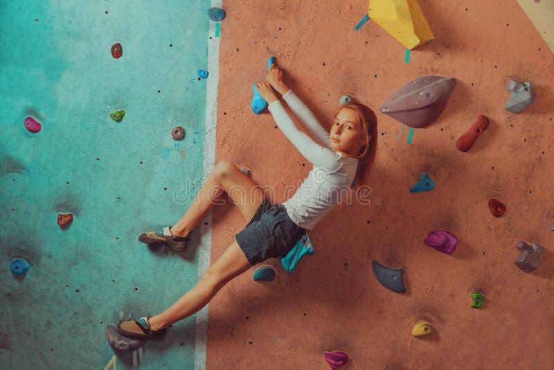 El subir deportivo de la niña interior foto de archivo libre de regalías