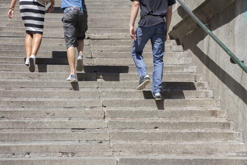 El subir en las escaleras foto de archivo
