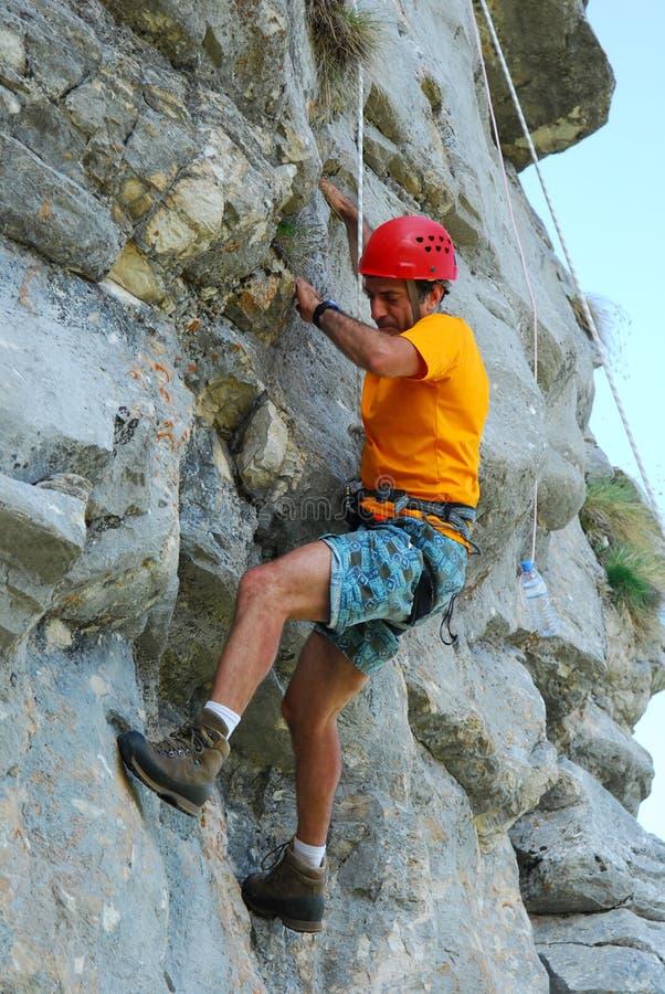 El subir en roca imagen de archivo