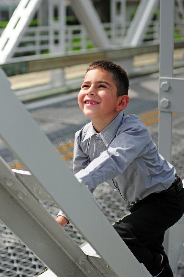 El subir feliz del niño fotos de archivo