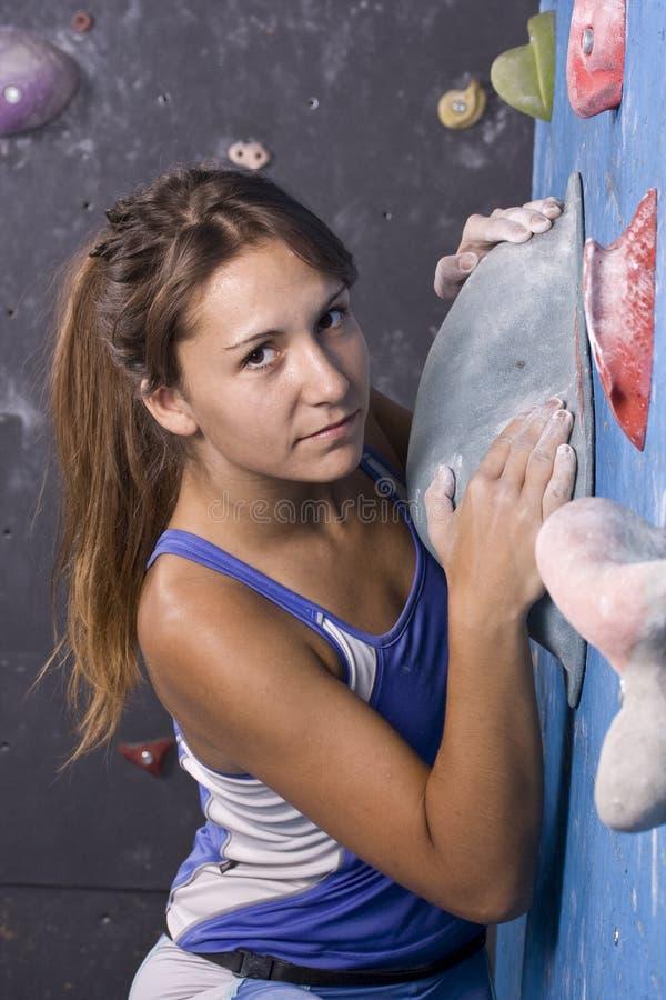 El subir joven, atlético de la muchacha imagen de archivo
