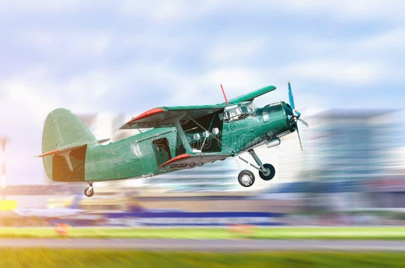 El subir saca el jet retro viejo de turbo en un fondo de la ciudad fotografía de archivo libre de regalías