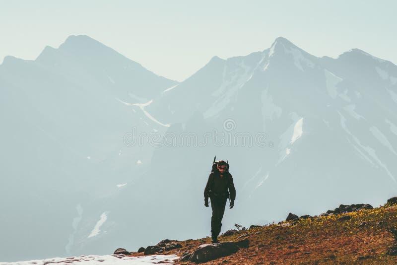 El subir solo del hombre del caminante en viaje de la forma de vida de las montañas imagenes de archivo