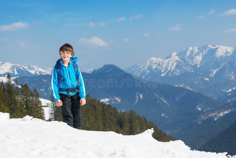 El subir superior de la montaña del invierno del niño del muchacho fotos de archivo libres de regalías