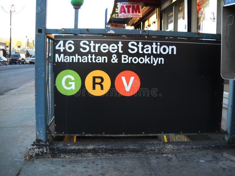 El subterráneo de New York City firma adentro el Queens Nueva York imágenes de archivo libres de regalías