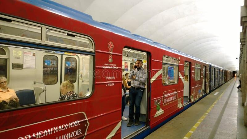 El subterráneo en St Petersburg se adorna en honor de la taza de las confederaciones y el mundial y los pasajeros próximos imágenes de archivo libres de regalías