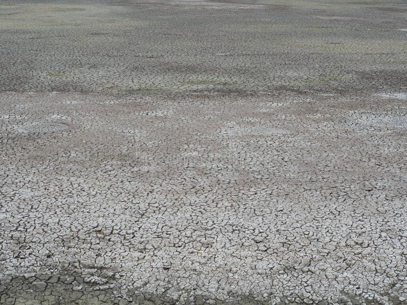 El suelo es seco debido a la deshidratación Con el concepto de escasez de agua foto de archivo