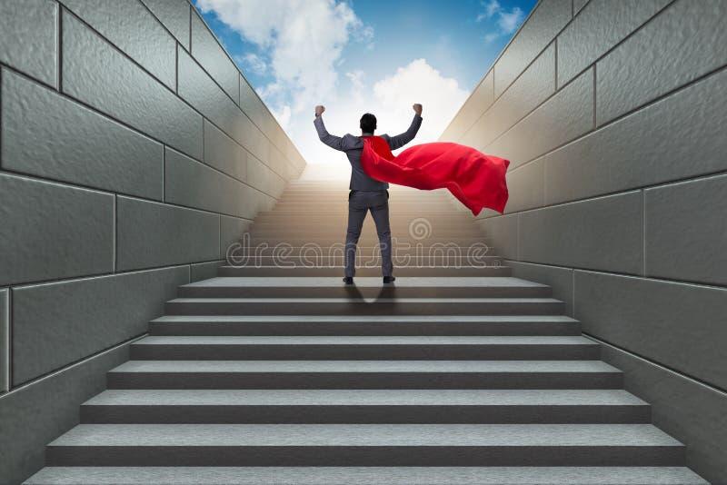 El super héroe del hombre de negocios acertado en concepto de la escalera de la carrera fotos de archivo