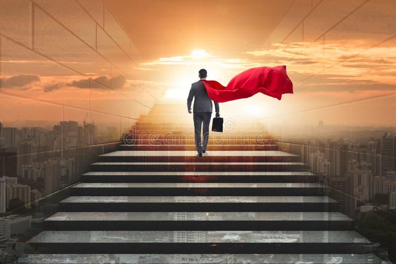 El super héroe del hombre de negocios acertado en concepto de la escalera de la carrera imágenes de archivo libres de regalías