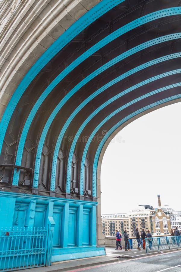 El superficie inferior curva del puente de la torre, Londres fotos de archivo libres de regalías