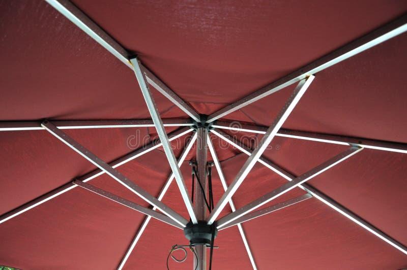 El superficie inferior de un paraguas rojo fotografía de archivo libre de regalías