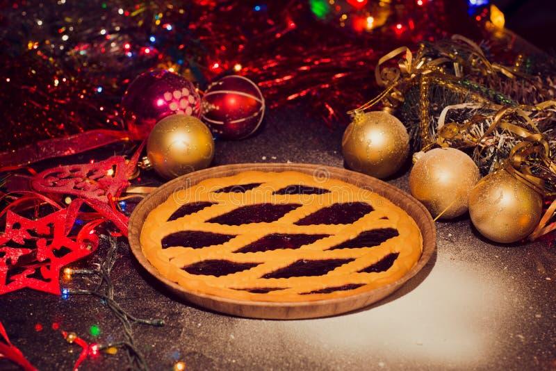 El surtido de la Navidad tradicional pica las empanadas con el fondo de la Navidad imágenes de archivo libres de regalías