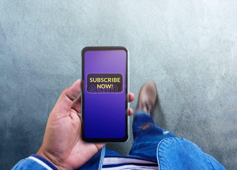 El suscribir y concepto de comercializaci?n de Digitaces La opini?n superior un hombre usando Smartphone a la fabricaci?n suscrib foto de archivo