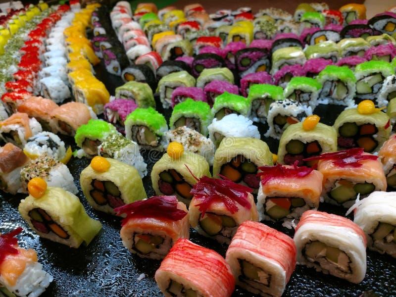 El sushi en varias variaciones coloreó la mezcla imagen de archivo