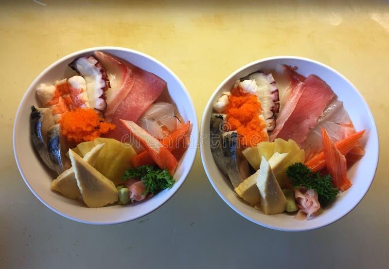 El sushi fijó marki del sashimi de muchos pescados imagen de archivo libre de regalías