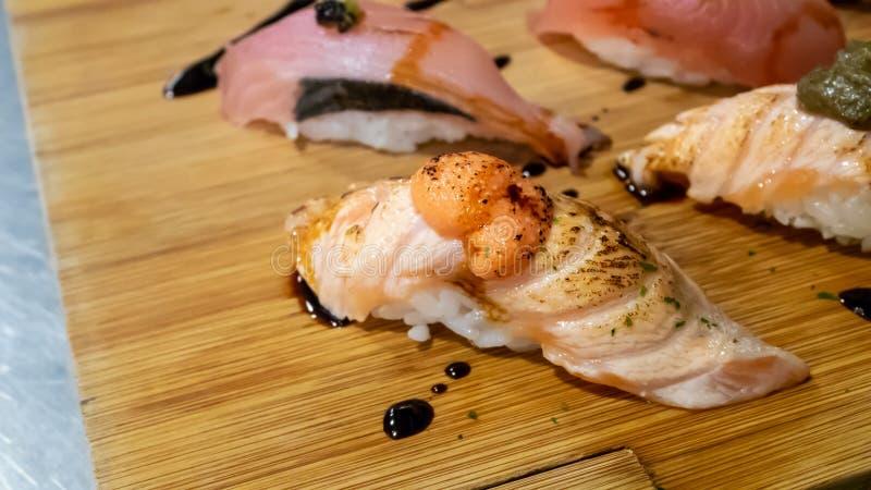 El sushi japonés fijó en el tablero de madera en el restaurante de Japón fotos de archivo libres de regalías