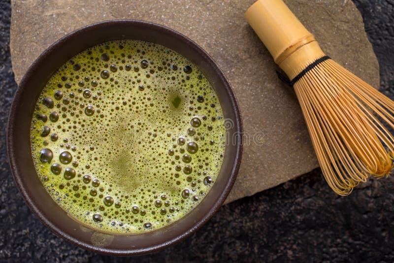 El té de Matcha y bate el top fotografía de archivo libre de regalías