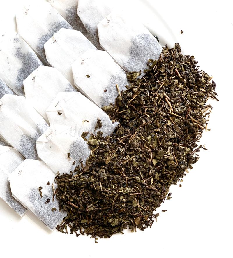 El té es verde y negro En un fondo blanco Bebidas calientes imagen de archivo libre de regalías