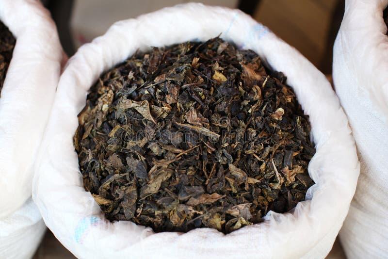 El té verde secado se va en un mercado en China imagenes de archivo