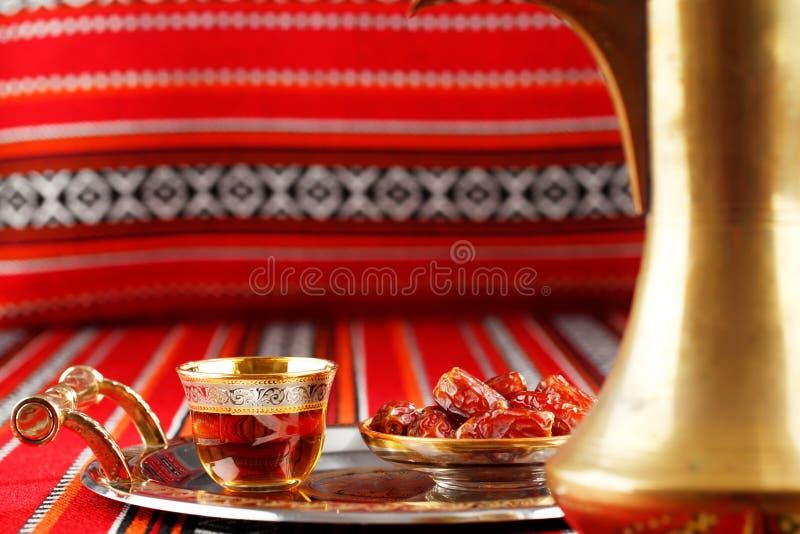 El té y las fechas icónicos de la tela de Abrian simbolizan hospitalidad árabe imagen de archivo libre de regalías