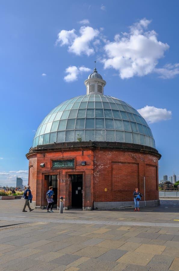 El túnel del pie de Greenwich cubrió con una cúpula el edificio en el lado sur del río Támesis imagenes de archivo