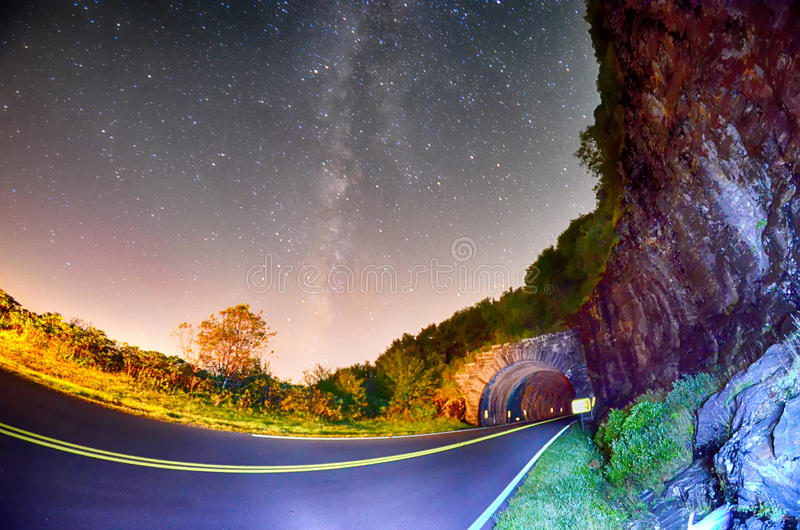 El túnel del pináculo, en Ridge Parkway azul en C del norte imágenes de archivo libres de regalías