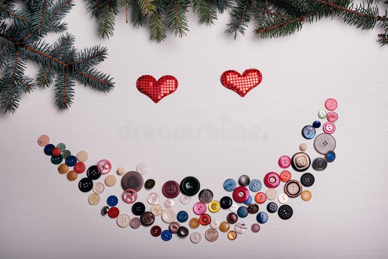 El tablero blanco con las porciones de botones se estableció en una sonrisa, Valentín foto de archivo