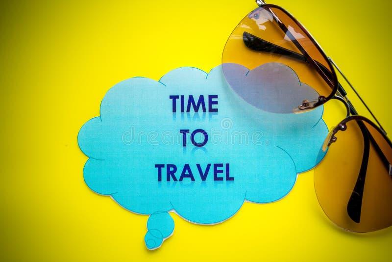 El tablero con el mensaje, días de fiesta del día de fiesta del viaje de las vacaciones que viajan se relaja Recepción a la señal fotos de archivo libres de regalías
