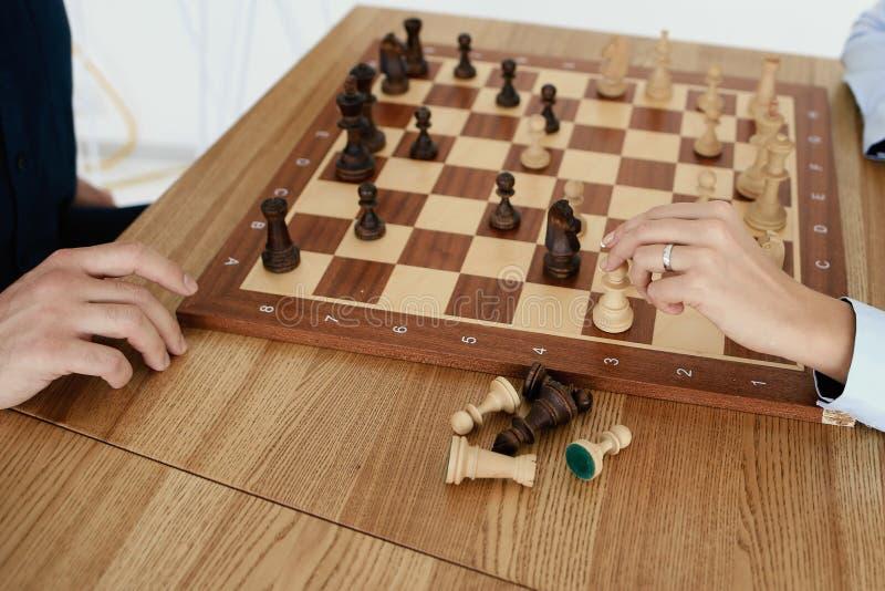 El tablero de ajedrez está en la tabla fotografía de archivo libre de regalías