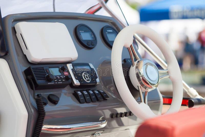 El tablero de instrumentos y el volante de una carlinga del barco de motor navegan el puente del control fotos de archivo