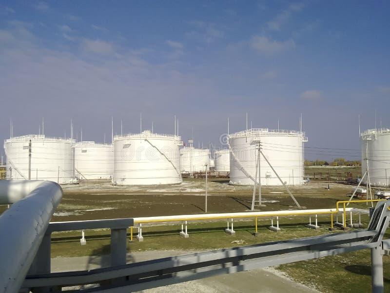 El tanque el acero vertical Capacidades para el almacenamiento de los productos derivados del petróleo foto de archivo libre de regalías