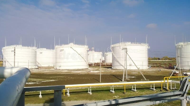 El tanque el acero vertical Capacidades para el almacenamiento de los productos derivados del petróleo imagen de archivo