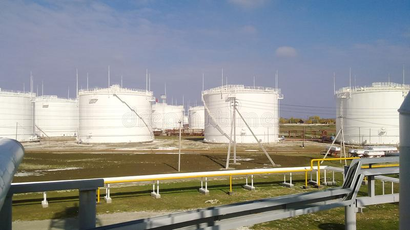 El tanque el acero vertical Capacidades para el almacenamiento de los productos derivados del petróleo imagen de archivo libre de regalías