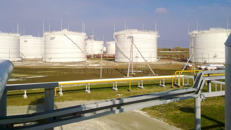 El tanque el acero vertical Capacidades para el almacenamiento de los productos derivados del petróleo fotos de archivo libres de regalías
