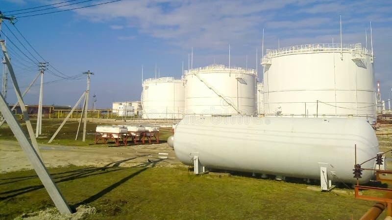 El tanque el acero vertical Capacidades para el almacenamiento de los productos derivados del petróleo imágenes de archivo libres de regalías
