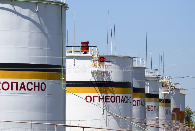 El tanque el acero vertical Capacidades para el almacenamiento de los productos derivados del petróleo Subtítulo: inflamable imágenes de archivo libres de regalías
