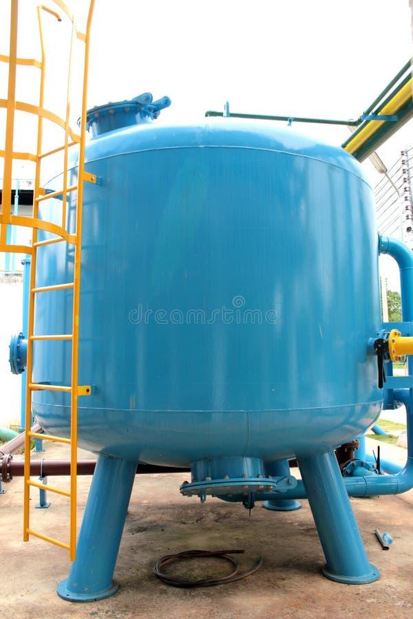 El tanque azul del filtro de arena de la presión imagenes de archivo