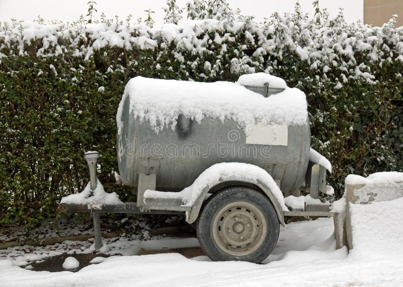 El tanque con agua bajo la nieve foto de archivo