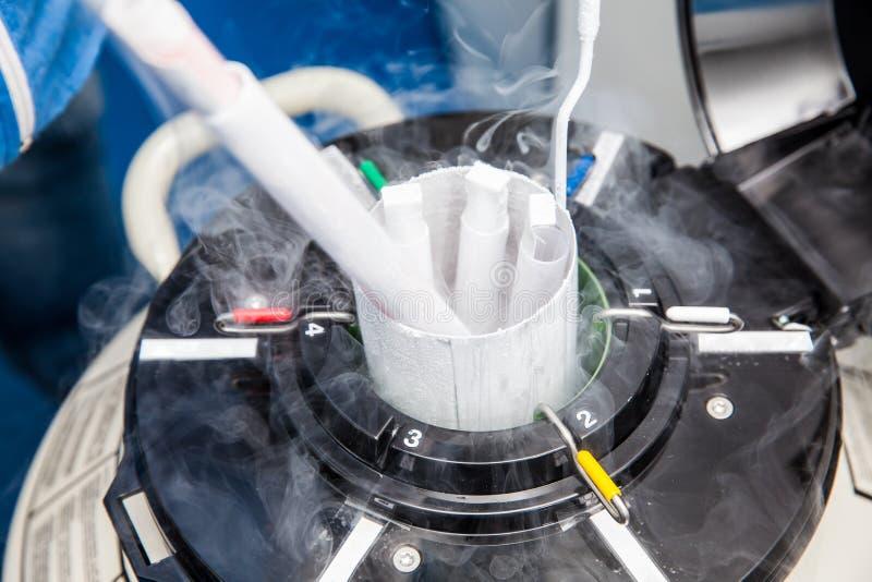 El tanque criogénico del nitrógeno líquido en el laboratorio foto de archivo