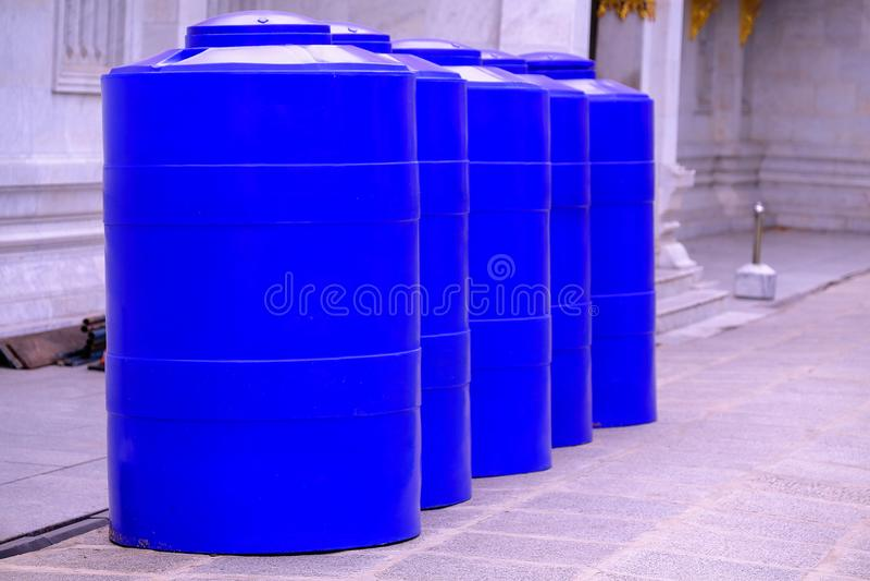 El tanque de agua azul grande se arregla maravillosamente imagen de archivo libre de regalías