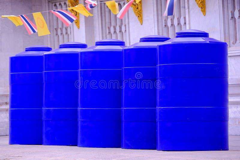 El tanque de agua azul grande se arregla maravillosamente fotos de archivo