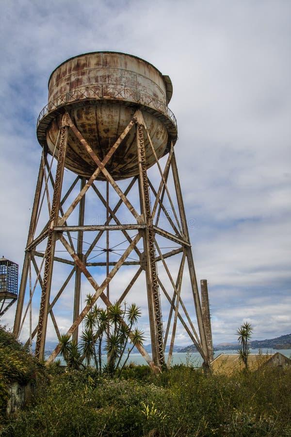 El tanque de agua oxidado en Alcatraz, San Francisco imagen de archivo