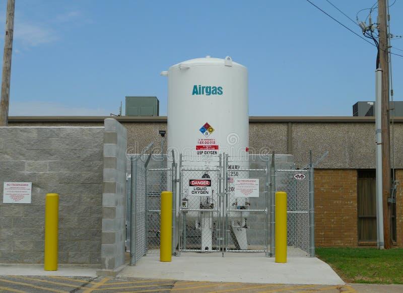 El tanque de Airgas fuera del hospital en Oklahoma fotografía de archivo