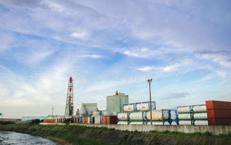 El tanque de almacenamiento de gasolina en el camino, la industria petrolera, la inyección del gas, el almacenamiento y la extrac imagenes de archivo