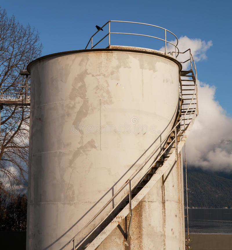 El tanque de almacenamiento de gasolina y aceite industrial imágenes de archivo libres de regalías