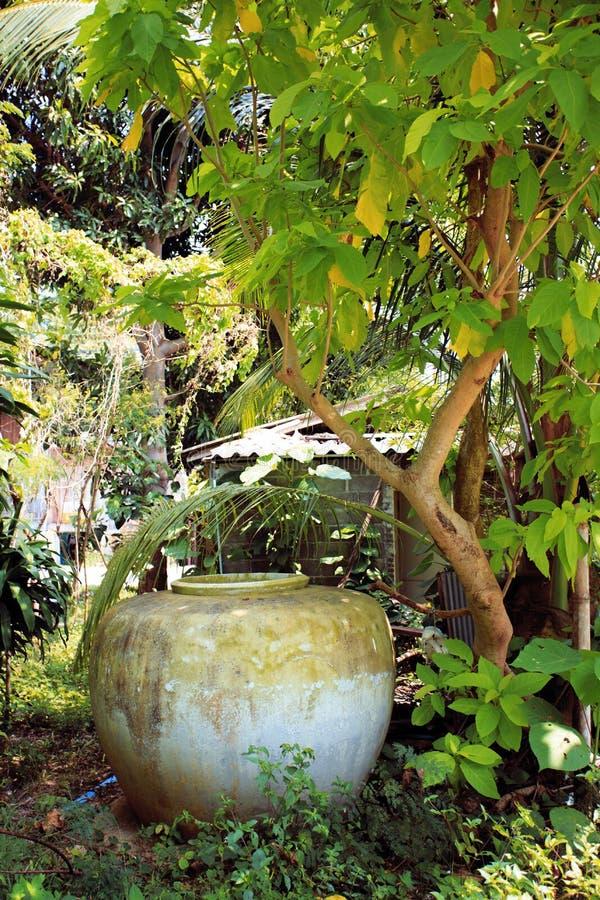 El tanque de almacenamiento del agua en la isla de Koh Samui foto de archivo libre de regalías